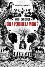 French cover for Nnedi Okorafor's Who Fears Death (Qui a peur de la mort?). A stark black and white illustrated cover where birds, crocodiles, and camels outline a skull, with two people's profiles as the skull's eyes, a tree and a woman wearing a buzzard hat for the nose, and 7 silhouettes journeying across a stark desert makes the teeth.